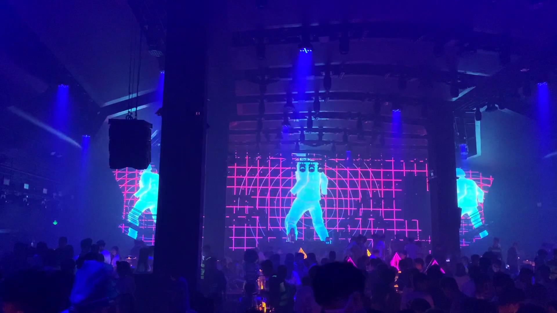 深圳宝安最新新闻_深圳龙华酒吧舞台透明屏案例展示